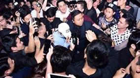'Kẹp' 3 trên xe Dream 'chiến', Sơn Tùng M-TP thoát vòng vây fan giữa phố cổ