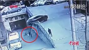 Nữ tài xế lùi ôtô bất cẩn, húc 2 mẹ con ngã xuống cầu thảm khốc