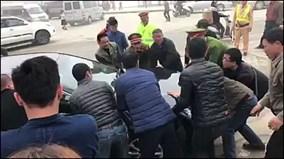 Hồn nhiên đỗ giữa ngã ba, ôtô bị hàng chục người 'bê' ra chỗ khác