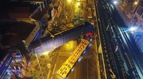 Quá trình cẩu đầu máy tàu đường sắt trên cao