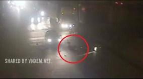 Xe máy cố tình vượt đèn đỏ, bị ôtô tông văng xa