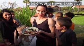 Angelina Jolie chế biến, ăn dế, bò cạp, nhện ở Campuchia