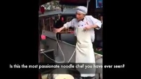 Chàng đầu bếp vừa làm mì sợi, vừa múa dẻo như bún gây 'sốt' mạng xã hội