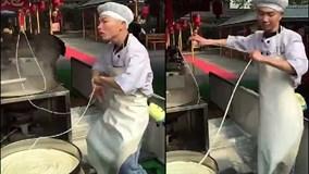 Vừa nấu mỳ vừa múa, chàng trai gây sốt chỉ với 31 giây