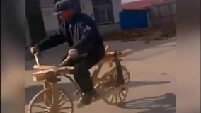 Cụ ông đi xe đạp gỗ tự chế gây 'sốt' cộng đồng mạng