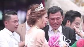 Xúc động khoảnh khắc người cha rơi nước mắt trong ngày con gái lên xe hoa