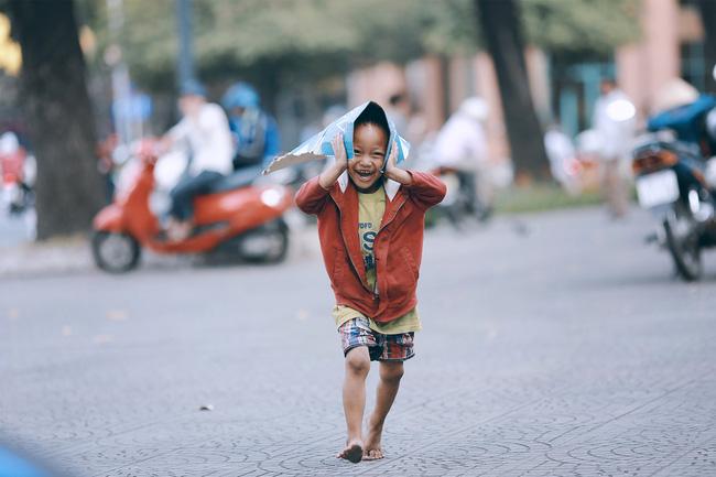 Nhiều người xúc động và muốn giúp cậu bé 5 tuổi trong bức ảnh xếp dép được đi học miễn phí - Ảnh 4.