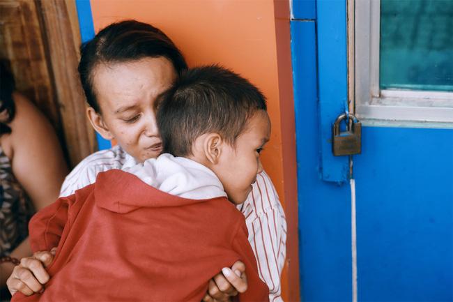 Nhiều người xúc động và muốn giúp cậu bé 5 tuổi trong bức ảnh xếp dép được đi học miễn phí - Ảnh 2.