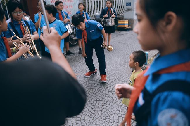 Nhiều người xúc động và muốn giúp cậu bé 5 tuổi trong bức ảnh xếp dép được đi học miễn phí - Ảnh 6.