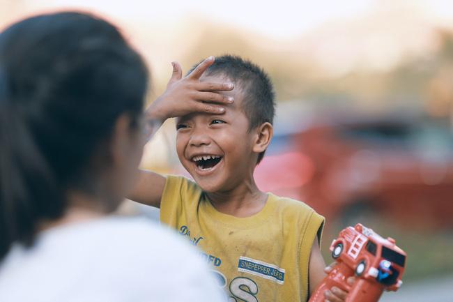 Nhiều người xúc động và muốn giúp cậu bé 5 tuổi trong bức ảnh xếp dép được đi học miễn phí - Ảnh 11.