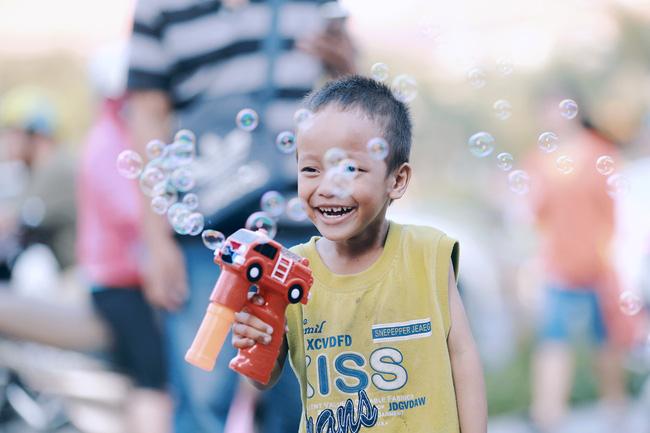 Nhiều người xúc động và muốn giúp cậu bé 5 tuổi trong bức ảnh xếp dép được đi học miễn phí - Ảnh 7.