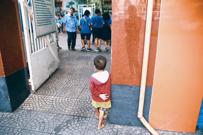 Nhiều người xúc động và muốn giúp cậu bé 5 tuổi trong bức ảnh xếp dép được đi học miễn phí - Ảnh 13.