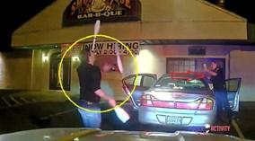 Bị nghi say rượu, tài xế tung hứng 'thần sầu' trước mặt cảnh sát