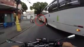 Bị xe buýt cuốn vào gầm, biker đứng dậy như không có gì xảy ra