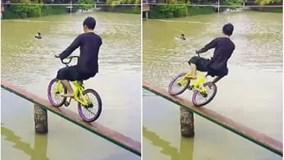 'Cười vỡ bụng' khi xem đi xe đạp trên cầu khỉ ở miền Tây