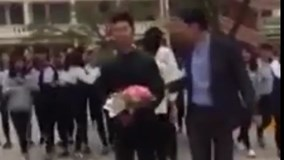 Thầy giáo mang theo 'sính lễ' đi tỏ tình cho học trò tại trường gây sốt
