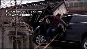 Ôtô mất lái phi lên nóc nhà dân, tài xế phải trèo thang đi xuống