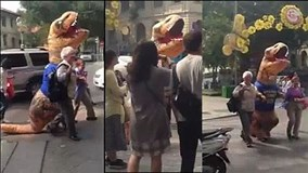 """Chú """"khủng long cute"""" tốt bụng dẫn du khách qua đường gây sốt mạng"""