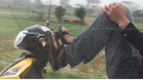 Nhóm thanh niên đầu trần, lái xe máy bằng chân, đánh võng trước đầu ôtô