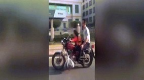 Bé gái 4 tuổi lái mô tô phân khối lớn chở bố đi trên phố