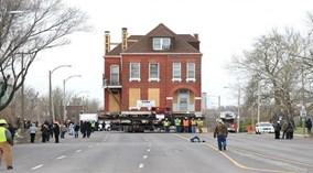 Cho tòa nhà cổ lên xe tải kéo đi cả cây số