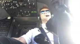 Phi công vui vẻ lái máy bay như chơi game khi gặp gió lớn