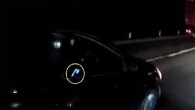 Nữ tài xế vừa phóng ô tô trên cao tốc vừa lướt Facebook bị ghi hình