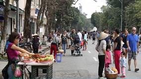 Hàng rong nhiều bất thường trên phố đi bộ Hà Nội