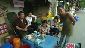 Phóng viên CNN được người Hà Nội đưa đi ăn trứng vịt lộn