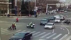 Cảnh sát điều tiết xe, giúp cụ già qua đường gây 'bão' mạng