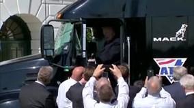 Ông Trump phấn khích trèo lên xe tải, giả làm tài xế