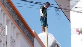 """Thanh niên nghi ngáo đá """"làm xiếc"""" trên nóc nhà cao tầng"""