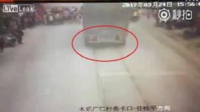 Xe tải đâm nhóm học sinh sang đường gây tai nạn thương tâm