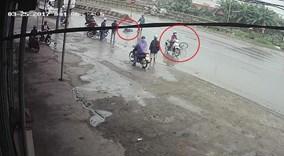 Cô gái thản nhiên phóng xe đi, bỏ nạn nhân bất tỉnh trên đường mưa