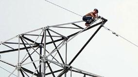 Thanh niên 'ngáo đá' cố thủ trên cột điện cao thế làm 2 tỉnh mất điện
