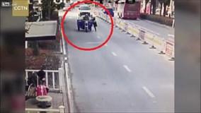 Xe ba gác vượt đèn đỏ, kéo lê, cán gãy chân cảnh sát