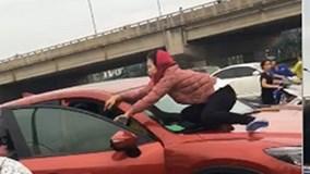 Hai phụ nữ trèo lên nóc ô tô, đánh ghen ngay trên phố
