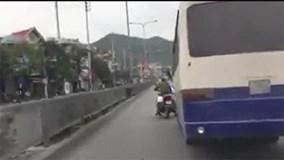 Xe khách đánh võng, chèn ép cảnh sát như phim hành động
