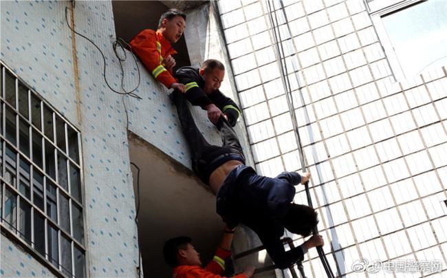 Trung Quốc: Người đàn ông chán đời định nhảy lầu tự tử, nhưng bị túm quần lôi lại - Ảnh 3.