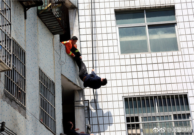 Trung Quốc: Người đàn ông chán đời định nhảy lầu tự tử, nhưng bị túm quần lôi lại - Ảnh 4.