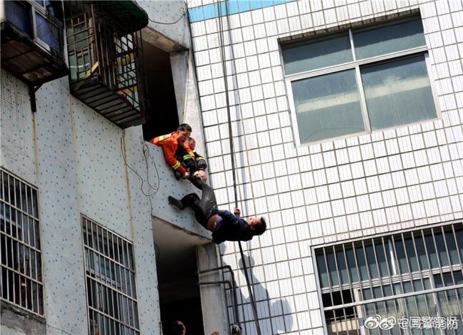 Trung Quốc: Người đàn ông chán đời định nhảy lầu tự tử, nhưng bị túm quần lôi lại - Ảnh 5.