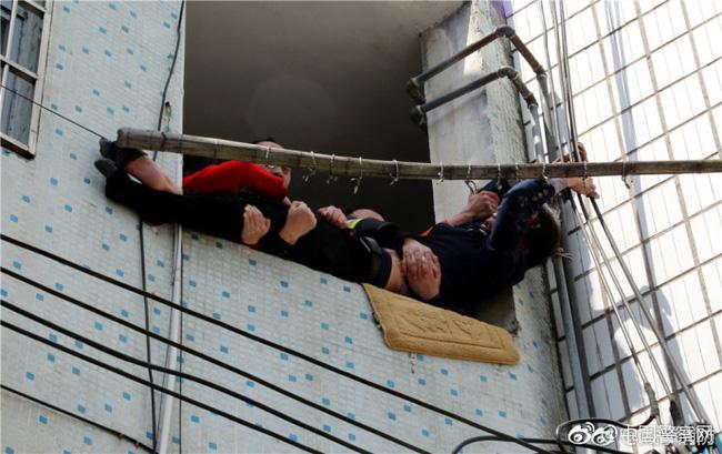 Trung Quốc: Người đàn ông chán đời định nhảy lầu tự tử, nhưng bị túm quần lôi lại - Ảnh 6.
