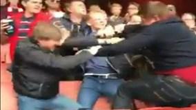 CĐV Arsenal dùng nắm đấm nói chuyện trên sân Emirates