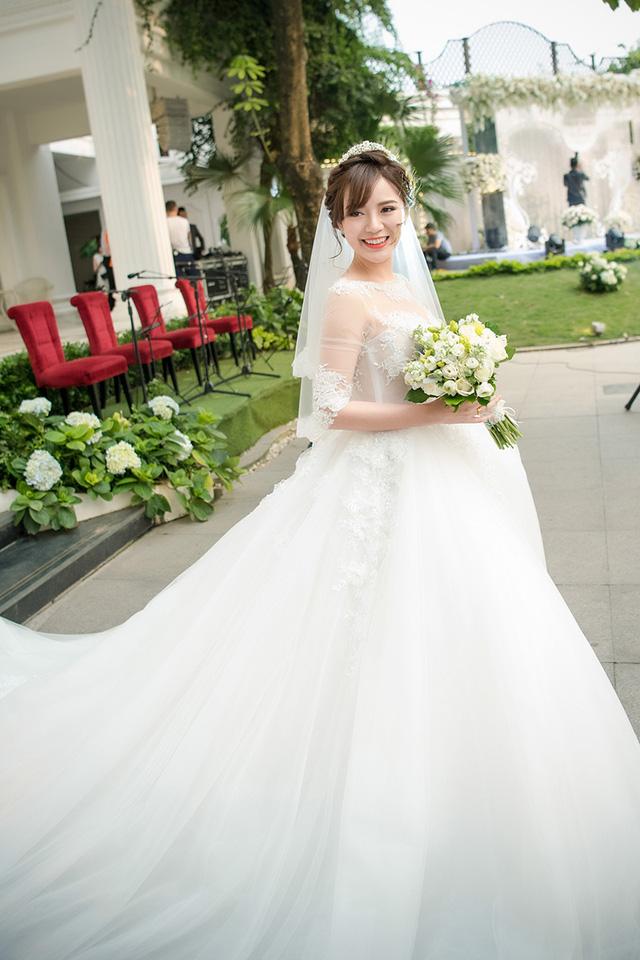 Tú Linh rạng rỡ trong tiệc cưới được tổ chức ven Hồ Tây (Hà Nội)