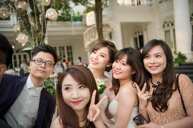 Bạn bè của cô dâu đến rất đông để chúc mừng hạnh phúc cho cô