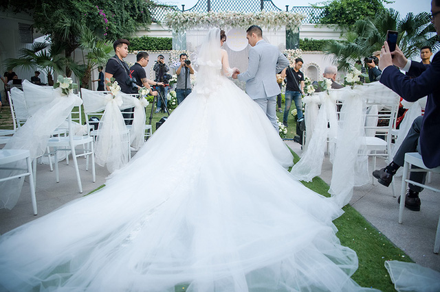 Chiếc váy cưới xòe rộng kiểu cách của hot girl Hà thành