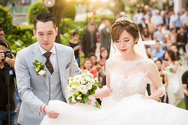 Ngọc Long - chồng của Tú Linh luôn ở bên săn sóc cho vợ