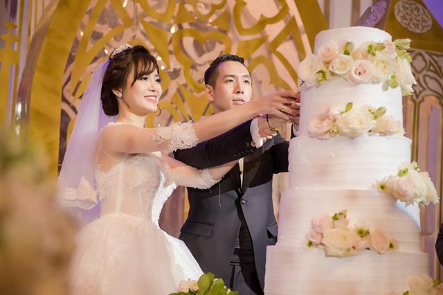 Cặp đôi cắt bánh cưới.