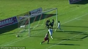 Cầu thủ ăn cướp bàn thắng của đồng đội