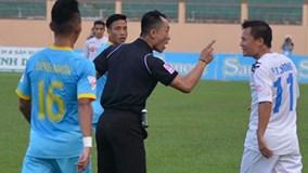 Trọng tài chỉ mặt cảnh cáo Thành Lương của CLB Hà Nội